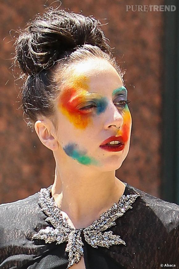 Lady Gaga est arrivée aux abords des studios de la chaîne E! avec un maquillage clownesque.