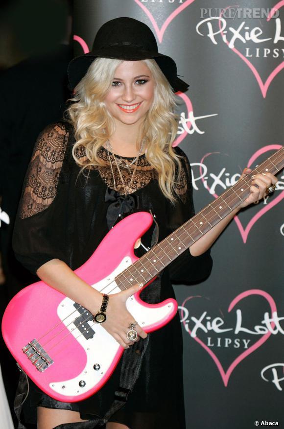 Pixie Lott et sa guitare rose bonbon. On hésite...