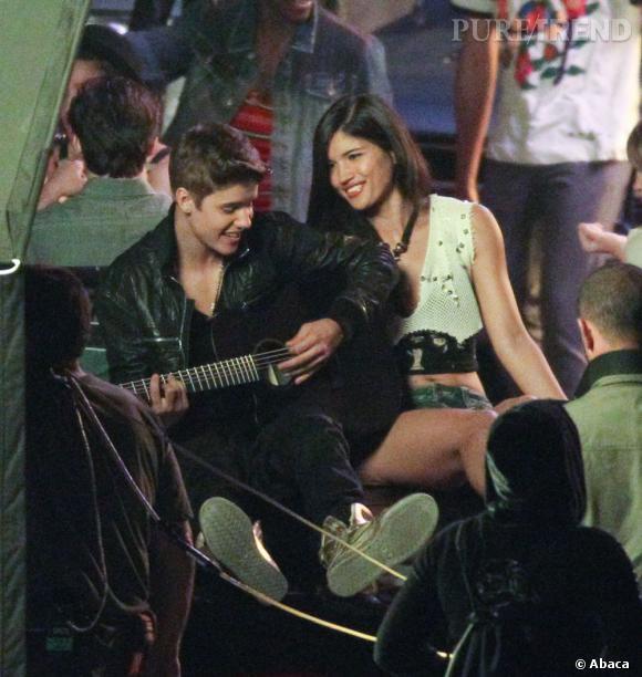 """Dans son clip """"Boyfriend"""" en 2012, Justin tente déjà d'amadouer sa belle avec une guitare."""