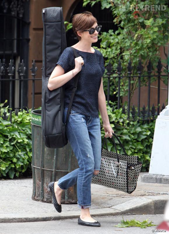 Anne Hathaway s'est mise à la guitare ?