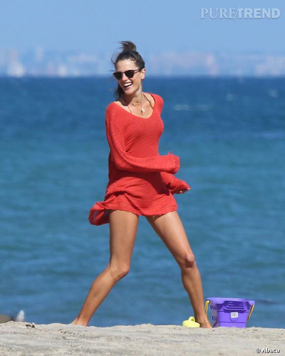 Le secret d'Alessandra Ambrosio pour de belles jambes ? Du sport sur la plage.