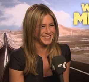 Jennifer Aniston répond avec plus ou moins de sérieux aux questions farfelues de Chris Stark.