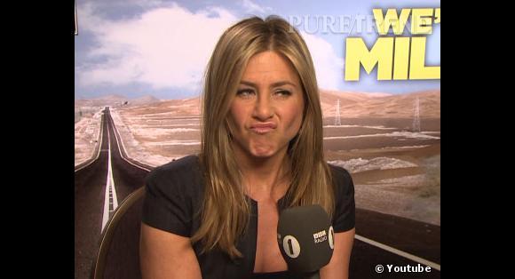 """Jennifer Aniston, en pleine promotion de """"We're The Millers"""" (""""Les Miller : une famille en herbe"""" en français), rencontre le fameux journaliste Chris Stark."""