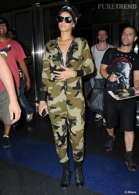 Rihanna se promène dans le quartier de SoHo à New York, camouflée dans un onesie militaire de sa collection River Island.