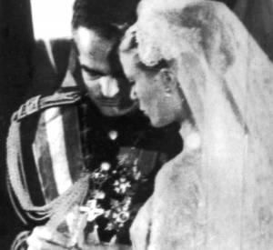 Le Prince Rainier passe la bague au doigt de Grace Kelly.