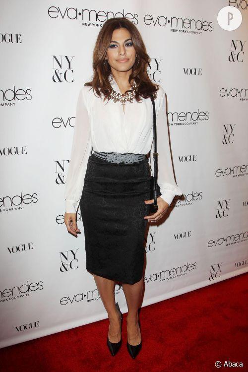 Eva Mendès, ultra sexy en jupe crayon et blouse vaporeuse pour le lancement de sa collection avec The New York & Company.