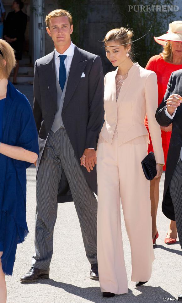 Pierre Casiraghi et Beatrice Borromeo au mariage du Prince Felix : lui dans un costume queue-de-pie et elle dans un ensemble pêche.