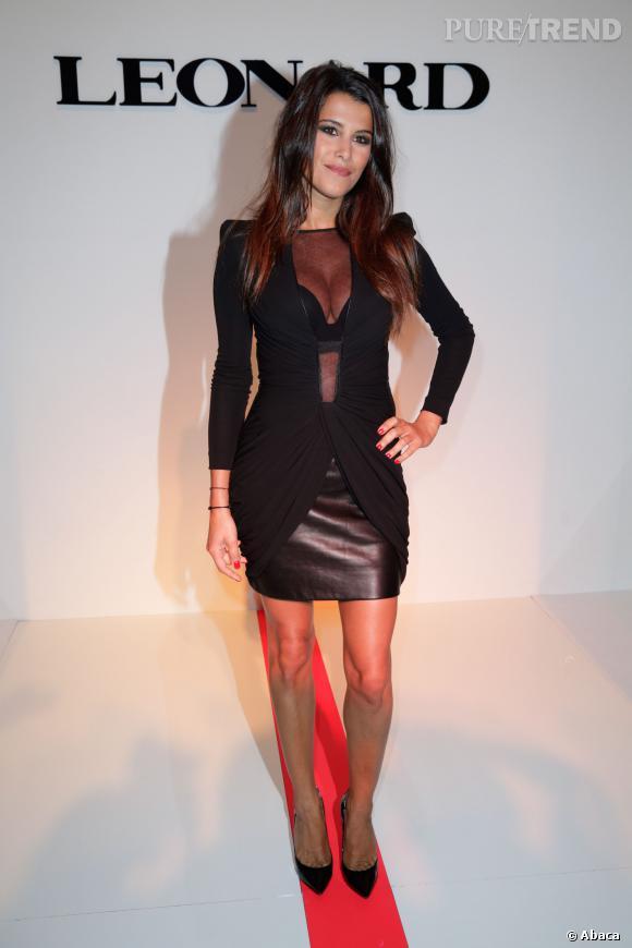 Karine Ferri mise sur un décolleté ultra sexy pour le défilé Léonard Printemps-Été 2013-2014.