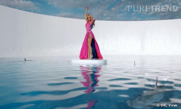 Britney Spears mise aussi sur de longues robes longues très girly. Pratique pour nager au milieu des requins !