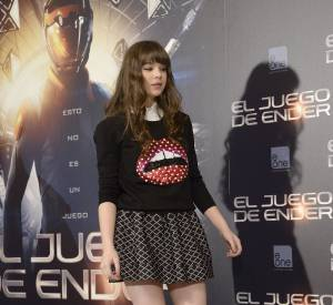 Hailee Steinfeld joue les school girls à Madrid.