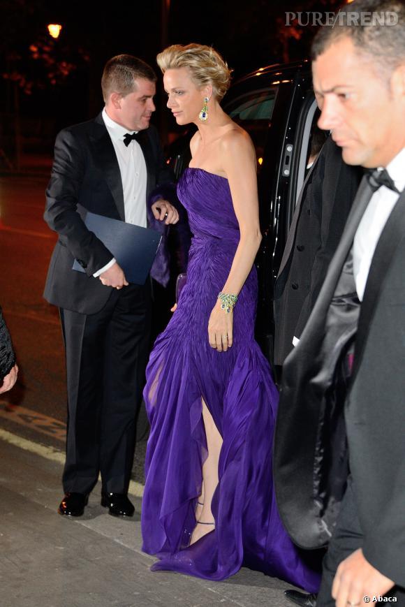 Charlene de Monaco affiche un fendu léger mais du plus bel effet.