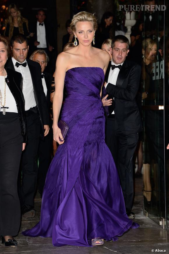 Charlene de Monaco est bien escortée pour pénétrer dans l'enceinte des Beaux-Arts.