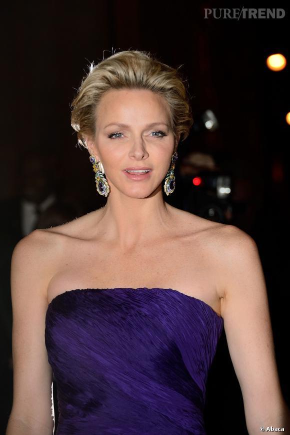 Charlene de Monaco choisit de majestueux pendants d'oreilles pour encadrer son visage fin. Sublime.