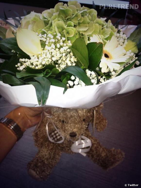 Sylvie Tellier a reçu un bouquet de fleurs et une peluche de la part de Rachel Legrain-Trapani.