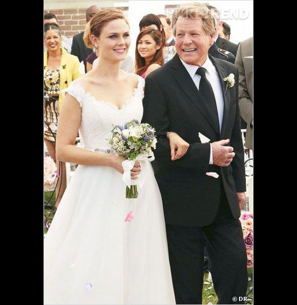 Brennan, rayonnante dans sa robe Romona Keveza.