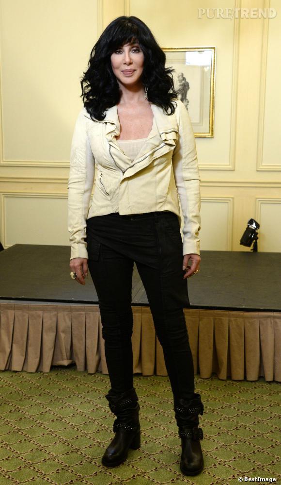 Cher, perruque et veste layette, une combinaison perdante.