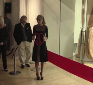 Taylor Swift offre sa première guitare à son centre pour les jeunes.