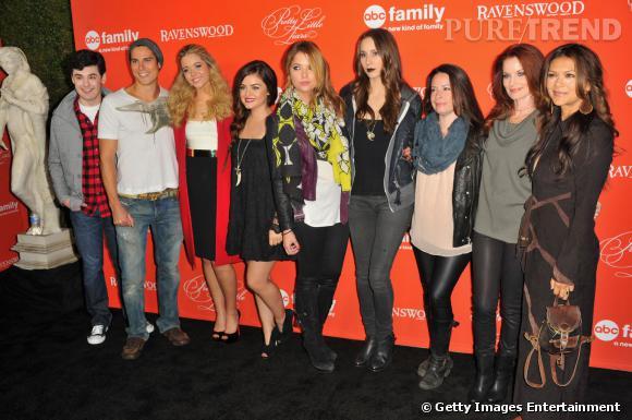 """Lucy Hale, Ashley Benson et le casting de """"Pretty Little Liars"""" et """"Ravenswood"""" réunis pour la diffusion de l'épisode d'Halloween de """"Pretty Little Liars""""."""