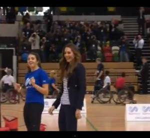Kate Middleton joue au volley-ball.