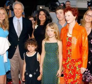 Pendant cinq ans Clint Eastwood partage la vie de l'actrice Frances Fisher (la rousse à droite) avec qui il a eu une fille et avec qui il est resté très ami.