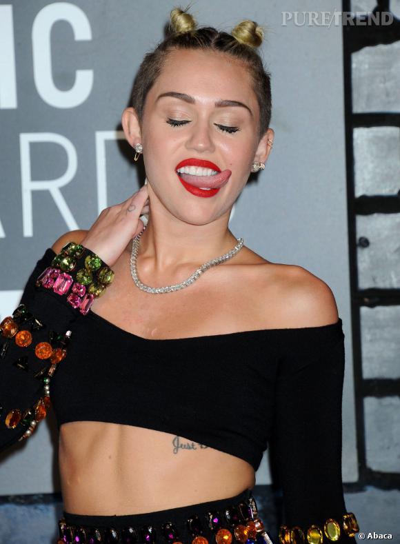 Miley Cyrus qui tire la langue ? Une habitude provoc' développée par la star.