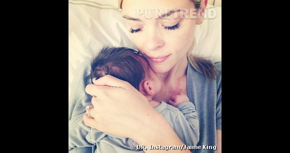 Pause/pose tendresse pour Jaime King et son nouveau-né, James.