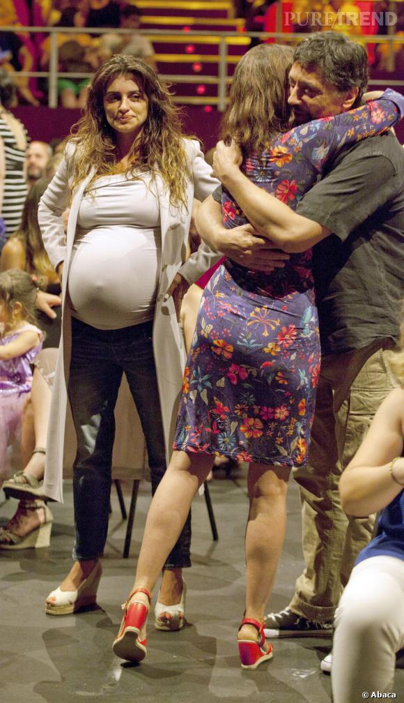 Le flop look enceinte : Penelope Cruz, morose et fatiguée n'est vraiment pas à son avantage.