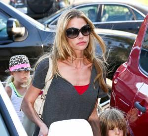 Denise Richards à bout : les jumeaux de Charlie Sheen frappent ses filles.