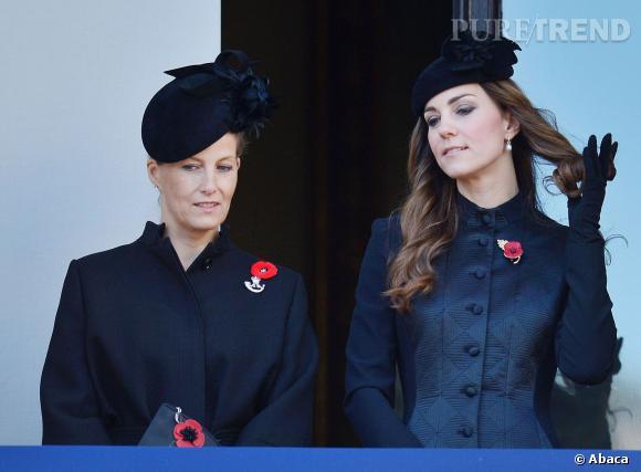 Kate Middleton se tortille les cheveux aux côtés de Sophie Comtesse de  Wessex.