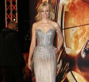 """Elizabeth Banks brille de mille feux en Elie Saab pour l'avant-première de """"Hunger Games : L'Embrasement"""" à Berlin."""