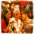 Denika Bedrossian, Miley Cyrus et Kelly Osbourne fêtent l'anniversaire de la chanteuse dans les backsatges des AMA's.
