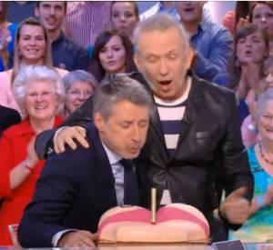 Antoine de Caunes a pu souffler sur la bougie de son gâteau... une belle paire de fesses !
