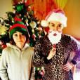 Miley Cyrus se matamorphose en Père Noël pour mieux décorer le sapin.