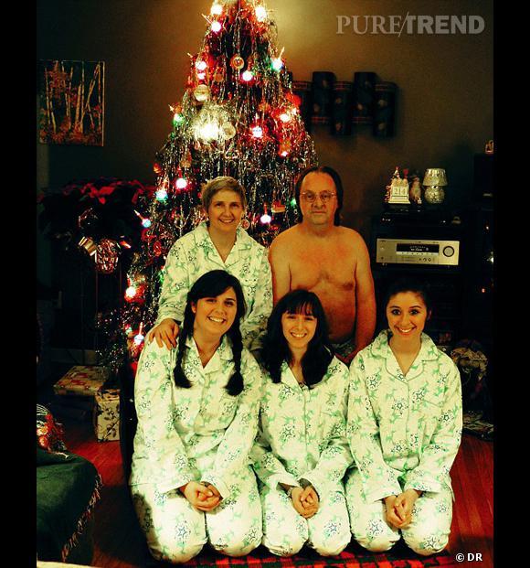 Joyeux Noël à la famille en pyjama et au monsieur (presque) tout nu.  Source : http://awkwardfamilyphotos.com/