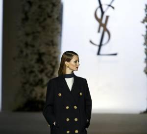 Le caban Yves Saint Laurent de 1962 porté par Audrey Marnay au défilé rétrospective de janvier 2002
