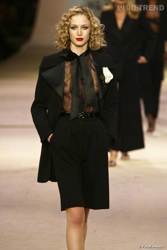 Les jeux de transparence Yves Saint laurent lors du défilé rétrospective de janvier 2002.