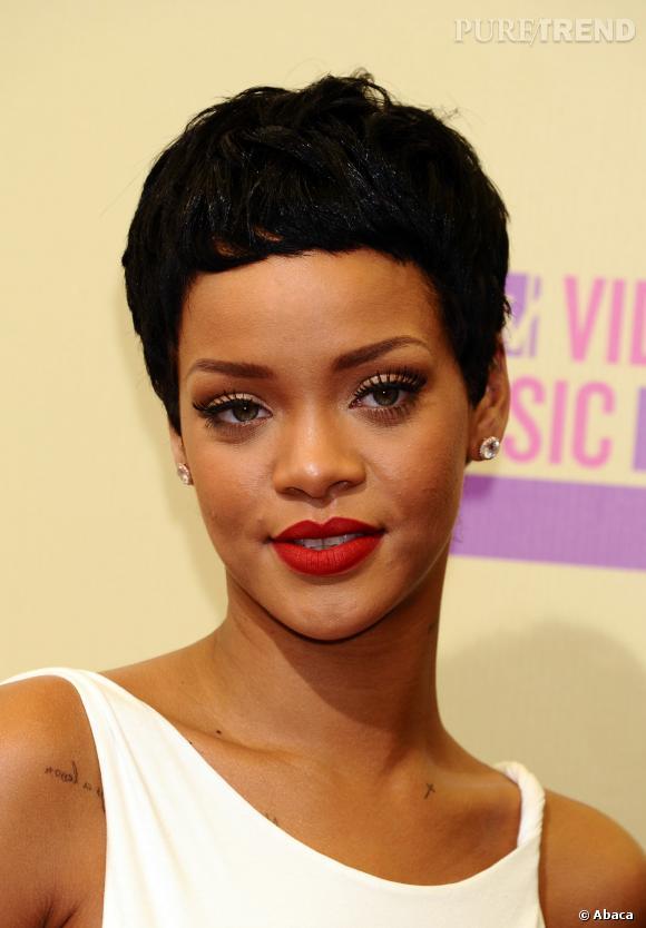 Rihanna avec les cheveux courts.