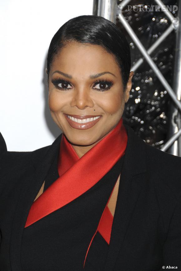 Janet Jackson avec les cheveux courts.