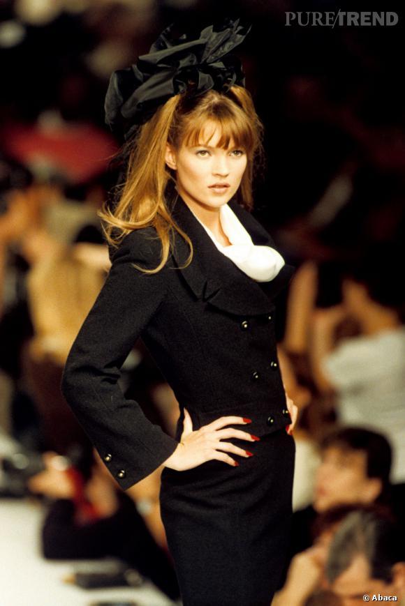 Kate Moss en 1995, magnifique rousse défilant sur le podium.