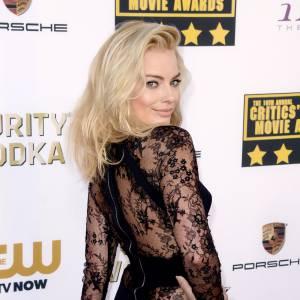 Margot Robbie, ultra sexy dans une combinaison Elie Saab au dos en dentelle.