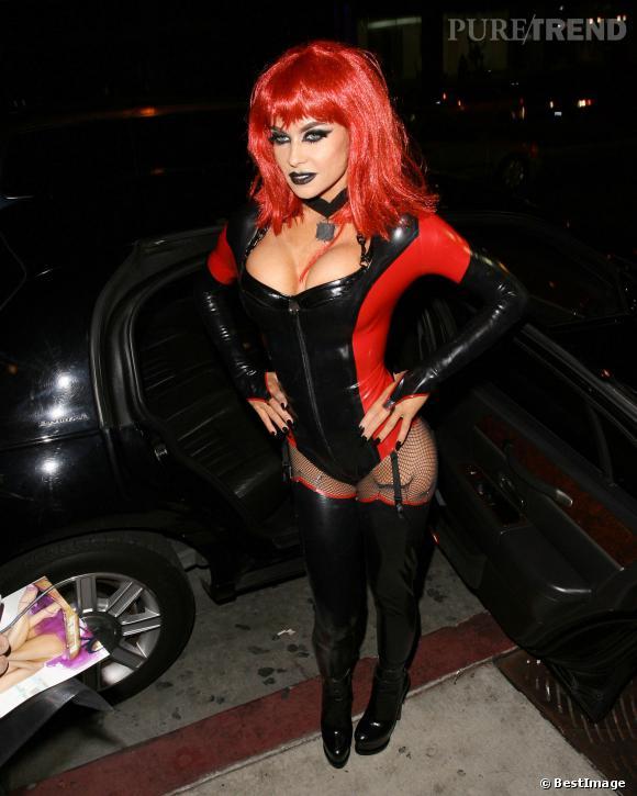 Pour Halloween, Carmen Electra mise sur un costume de diablesse sexy, prête à exploser !