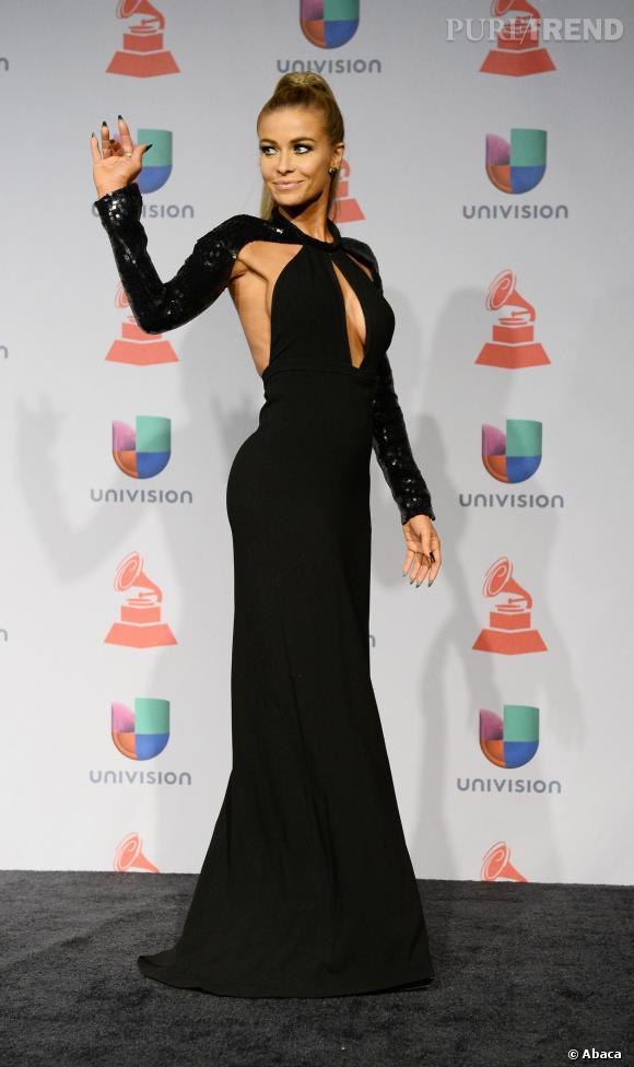 Carmen Electra, en longue robe chic, mais toujours sexy avec un décolleté plongeant, lors des Latin Grammy Awards.