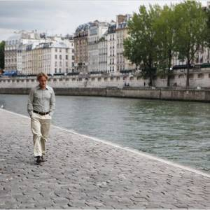"Owen Wilson se balade sur les quais parisiens... (""Midnight in Paris"")"