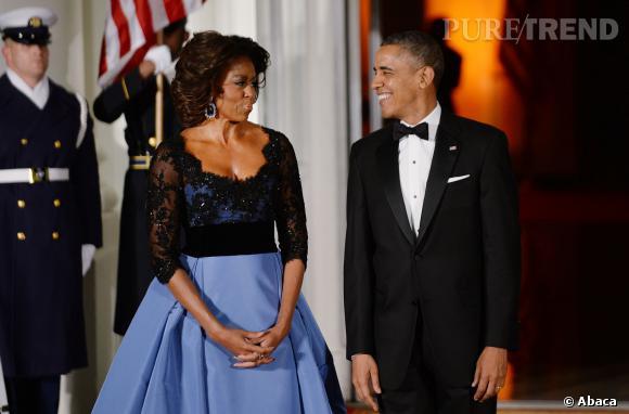 Visiblement, Barack Obama est lui aussi sous le charme de son épouse dans sa robe dramatique.