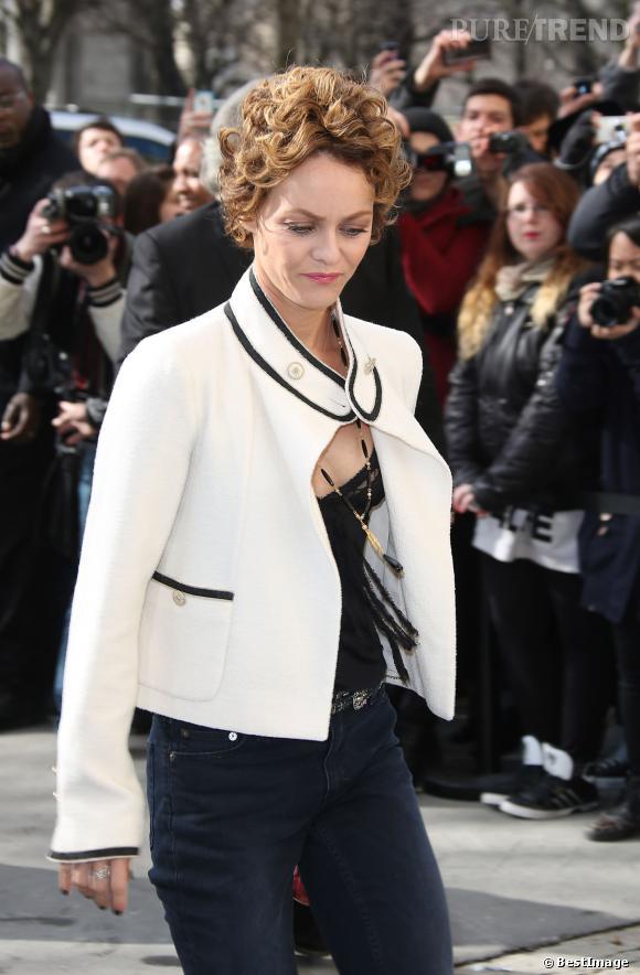 Vanessa Paradis, en jean et petite veste Chanel, un look très casual.