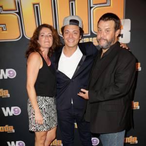 """Kev Adams et ses parents dans la série """"Soda""""."""
