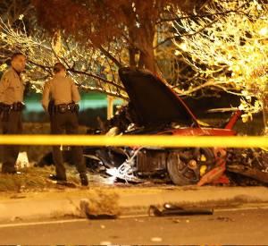 Les lieux de l'accident mortel de Paul Walker (30 novembre 2013 à Los Angeles) ont été protégés mais des badauds ont réussi à récupérer des débris.