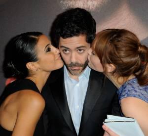 """Emmanuelle Chriqui et Anaïs Demoustier reproduisent l'affiche du film """"Situation amoureuse : c'est compliqué"""" avec Manu Payet."""