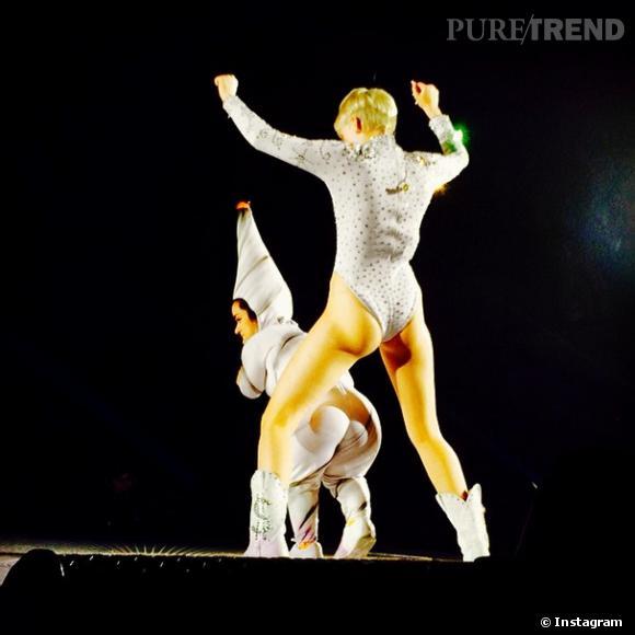 """Miley Cyrus sur scène, toujours plus provoc"""""""