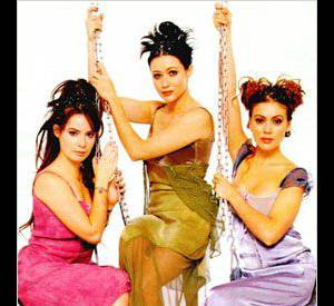 """Shannen Doherty, Holly Marie Combs et Alyssa Milano, des looks mythiques pour """"Charmed""""."""